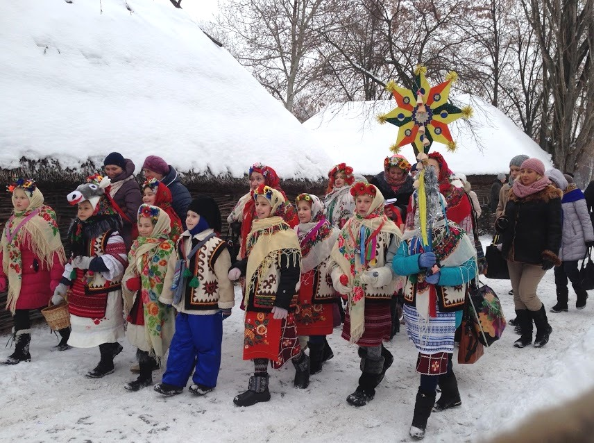 chldren in traditional Ukrainian clothes