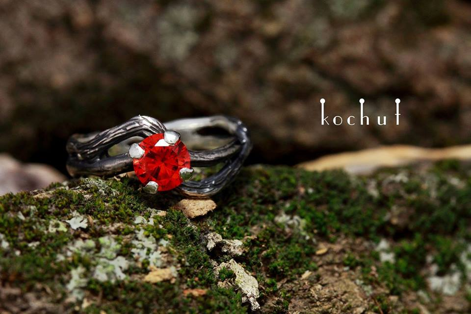 Kochut ring with a red stone