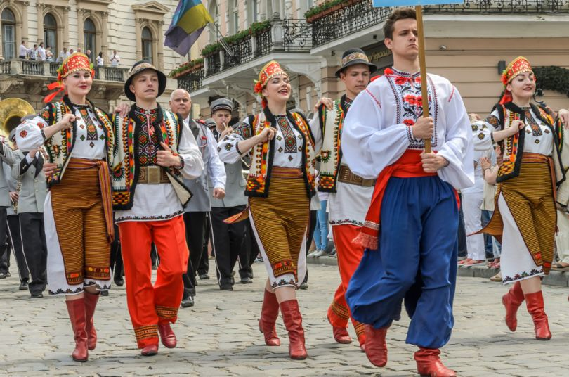 People in traditional Ukrainian clothes parade