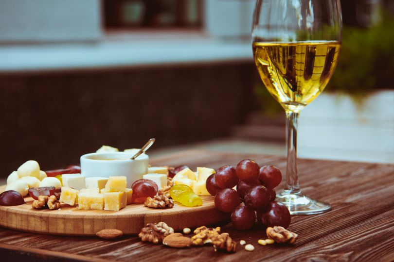 Muskotály wine with grapes and cheese